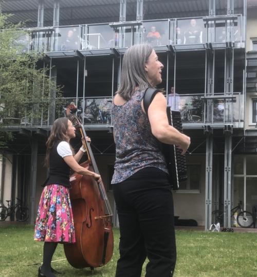 Katja Lachmann und Steffi Zachmeier spielen vor den Fenstern
