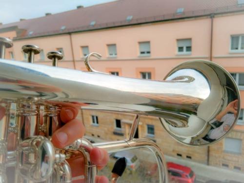 Trompete beim Balkon-Konzert während der Corona-Zeit